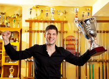 Homme fier heureux de gagnant avec la grande cuvette d'argent de trophée Photos libres de droits