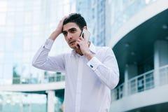 Homme financier de catastrophe d'appel téléphonique de problème commercial photos stock