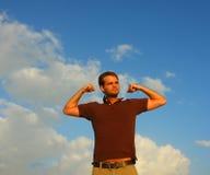 Homme fléchissant ses muscles Photographie stock libre de droits