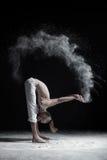 Homme flexible de yoga en tenant l'uttanasana en avant de pli Photo libre de droits