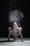 Homme flexible de yoga faisant le brahmachariasana d'asana d'équilibre de main photos libres de droits