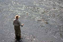Homme fly-fishing dans le fleuve Photo stock