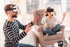 Homme focalisé bel obtenant le monde connu de VR Image stock