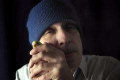 Homme fol avec une perruche Image stock