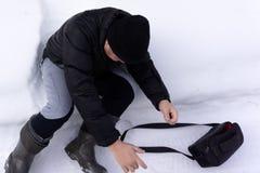 Homme fol en hiver Rire gai insensé de garçon La neige a couvert le visage congelé masculin Personne adulte peu commune drôle biz photos libres de droits