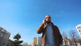 Homme fol parlant à deux téléphones portables en même temps, criant et furieux clips vidéos