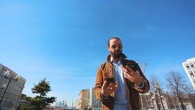 Homme fol parlant ? deux t?l?phones portables en m?me temps, criant et furieux clips vidéos