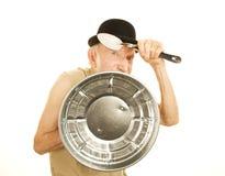 Homme fol se défendant avec le couvercle et la cuillère de bidon Photo stock