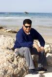 Homme foncé dans des lunettes de soleil Image libre de droits