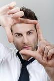 Homme formant la trame avec des doigts images libres de droits