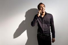 Homme formel au téléphone photo stock