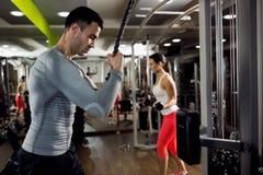 Homme fort et femme musculaires faisant la formation avec le poids photos libres de droits