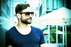 Homme frais avec des lunettes de soleil dans la ville photos libres de droits