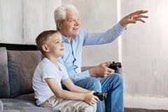 Homme frais et son petit-fils parlant du jeu Photo libre de droits