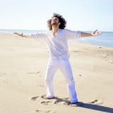 Homme frais montrant le bonheur sur le concept de plage de la liberté Image libre de droits