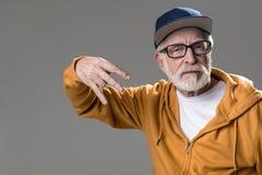 Homme froissé grave gesticulant avec des mains Photographie stock libre de droits