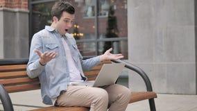 Homme frustré par des résultats, se reposant en dehors du bureau banque de vidéos