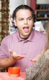 Homme frustrant avec la femme en café Photo stock