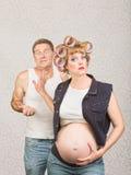 Homme frustrant avec la femme enceinte photographie stock libre de droits