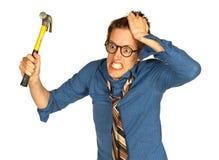 Homme frustrant avec le marteau Photographie stock