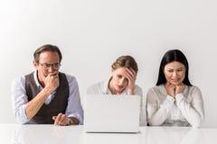 Homme frustrant et femmes travaillant à l'instrument Photographie stock libre de droits