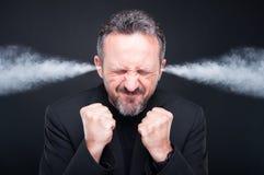 Homme frustrant fâché avec la tête de explosion photographie stock