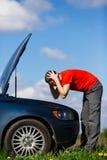 Homme frustrant près de voiture cassée Photo stock
