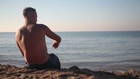 Homme fumant au bord de la mer clips vidéos