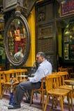 Homme fumant en café du Caire en Egypte Photo libre de droits