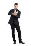 Homme furieux dans le costume chiffonnant le papier de contrat avec ses mains Photographie stock libre de droits