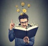 Homme futé inspiré avec l'idée du livre image libre de droits