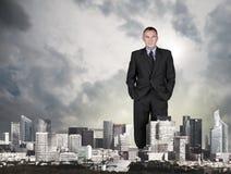 Homme géant dans la ville Photos stock