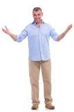 Homme âgé par milieu occasionnel te souhaitant la bienvenue Images stock