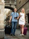 Homme gai et fille de déplacement marchant dans la ville Image stock