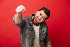 Homme gai joyeux 30s dans la veste de jeans souriant et dirigeant l'Ind Photo libre de droits