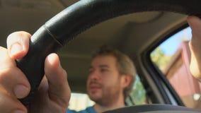 Homme gai mettant ses mains sur le volant de voiture, tir 4K clips vidéos