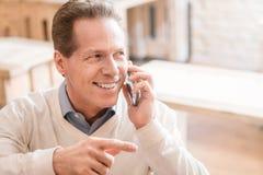 Homme gai parlant au téléphone portable Photographie stock