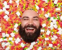 Homme gai posant en sucreries Photographie stock