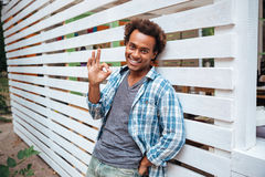 Homme gai se tenant dehors et montrant le geste correct Images libres de droits