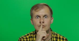 Homme gardant un secret ou demandant le silence, visage sérieux, concept d'obéissance image libre de droits