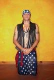 Homme à genoux de Natif américain Photographie stock