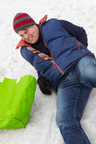 Homme glissé et blessé en arrière sur la rue glaciale photo libre de droits