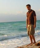 Homme grand par le rivage Photo libre de droits