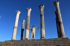 Homme grec dans les colonnes antiques au Maroc Photographie stock libre de droits