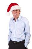 Homme grincheux dans le chapeau de Santa poussant la langue à l'extérieur Image stock