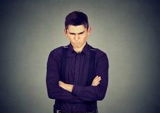Homme grincheux fâché regardant très contrarié image stock