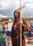 Homme habillé en tant que prêtre médiéval, un moine avec une croix en bois avec un personnel dans sa main et avec une croix en bo photos libres de droits