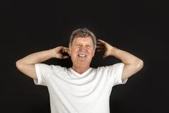 Homme habillé occasionnel heureux de sourire dans le studio Photos stock