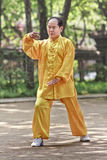 Homme habillé traditionnel pratiquant Tai Chi en parc, Xian, Chine Photos stock
