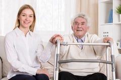 Homme handicapé avec le zimmer de marche Image stock